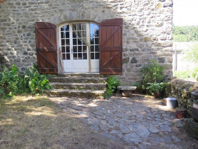 Jolie maison en pierre avec jardin attenant