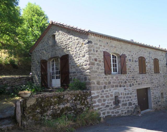 Maison de village, Jolie maison en pierre avec jardin attenant dans le secteur de St Etienne de Lugdarès