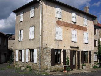 Maison de village + ferme à rénover + 4.5 hectares de terrain dans le secteur de Issarles - Lac d'Issarles