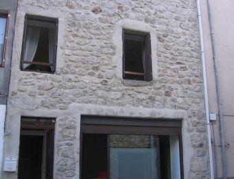 Maison de village, Maison en pierres apparentes dans le secteur de St Cirgues en Montagne