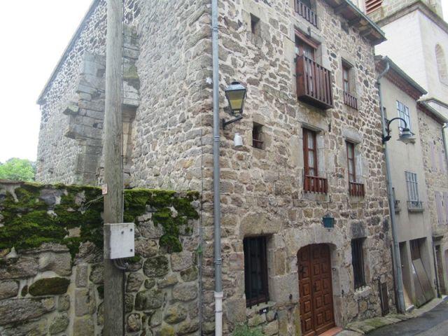 Belle maison en pierres apparentes avec terrain attenant
